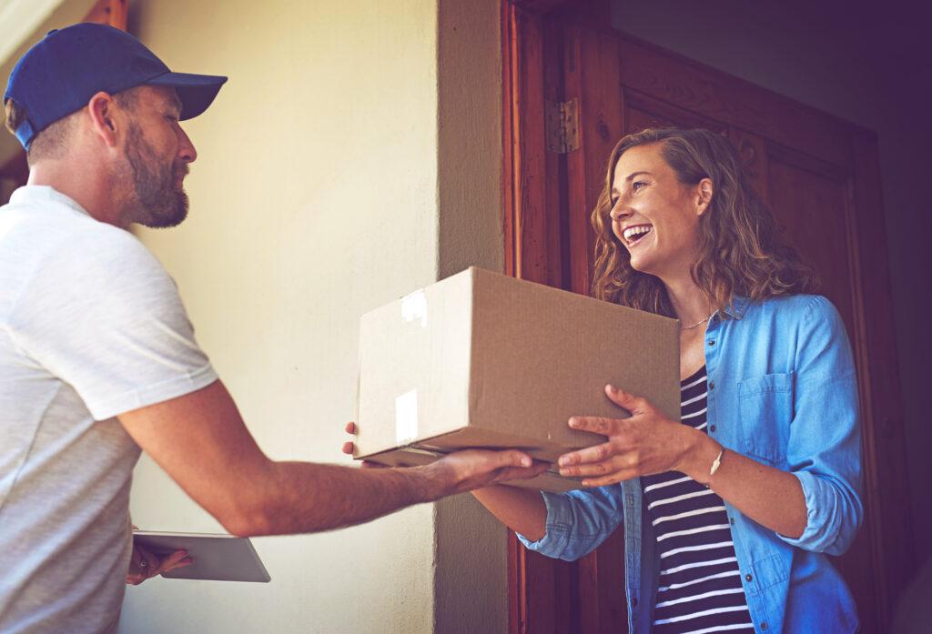 Paketdienst bringt Frau ein Päckchen